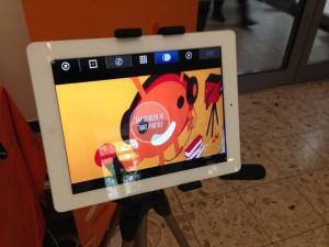 tablet mit wichtel (Foto: Blickwechsel e.V.)